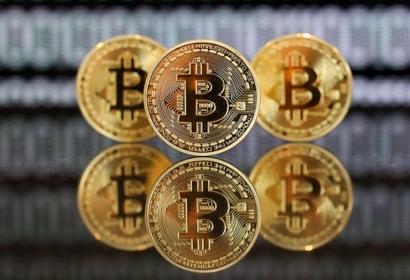 ما الذي يجب أن تستثمر فيه البيتكوين أم العملات البديلة؟
