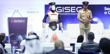 شرطة دبي تضم إلى عناصرها أول شرطي آلي